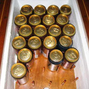 Der er plads til 30 øl i kølrummet lige foran motoren